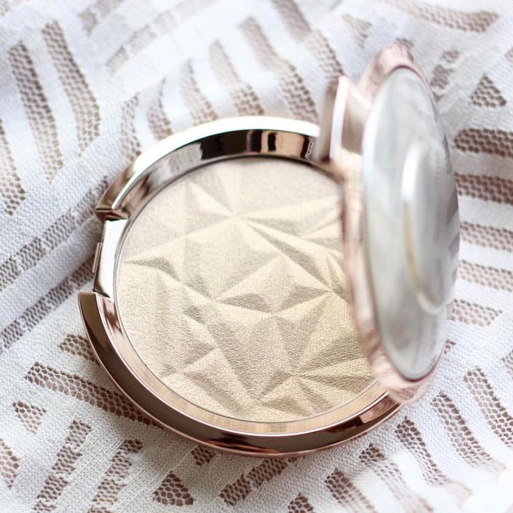 Make your cheeks pop with the buttery #BECCAHolidayGlow of our Pressed Highlighter in Vanilla Quartz! Sweep along your cheekbones, down the bridge of your nose and on your Cupid's bow to add a soft pink-gold pearlescent light to your complexion.   #GiftedbyBECCA #Repost @missnewbeauty
