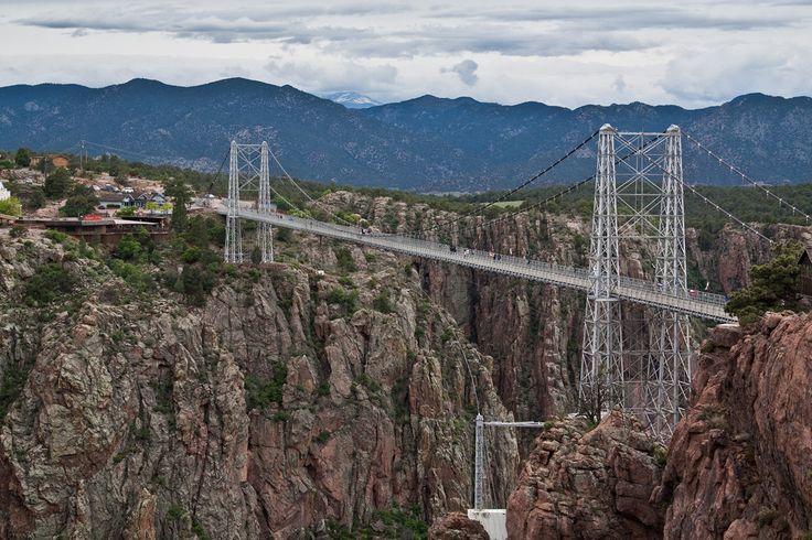 США. Колорадо. Мост Ройал Гордж. Сооружение расположено на высоте 321 метр над рекой Арканзас. Длина моста — 384 метра.(.aditya.)