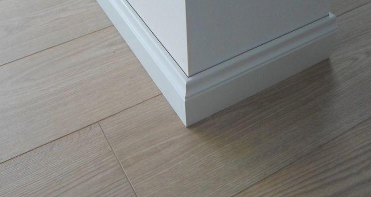 Panele laminowane w kolorze Dębu Szampańskiego.Szczegółowo odwzorowane słoje drewna oraz matowe wykończenie laminatu sprawiają, że są one łudząco podobne do masywnych desek podłogowych.