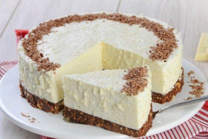 Pripravte si chutnú dobrotu bez pečenia, bez zbytočného maslového krému a hlavne jednoducho.  Budeme potrebovať: Základ: 300 g – sušienky 125 g – maslo 1 bal. – mliečna čokoláda Ďalej budeme potrebovať: 3 bal. – biela čokoláda 600 ml – smotana na šľahanie 2 lyžice – práškový cukor 2 lyžice – prášková želatína čokoláda