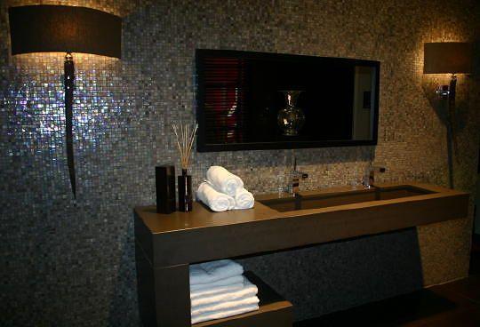 Eric Kuster Badkamer Ontwerp Sicis by Eric Kuster glas mozaiek tegels (KOL tegels) & strak design natuursteen badmeubel met XL wasbak en dubbele kranen, prachtige interiordesigner wandlampen.