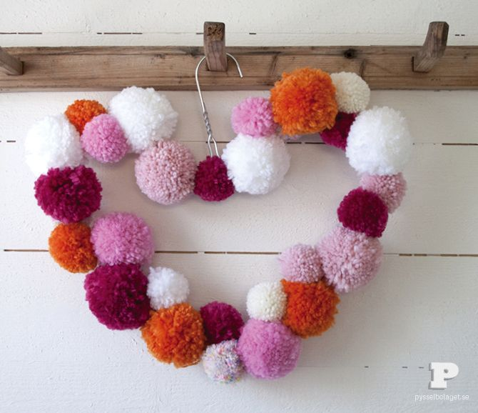DIY: heart pom pom wreath