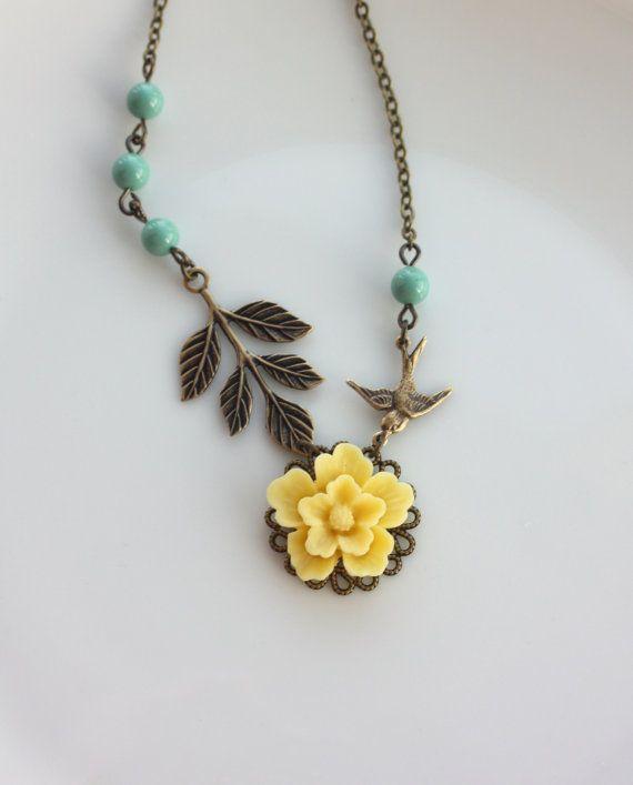 Een gele bloem bij de Sakura Flying Swallow vogel Leaf door Marolsha