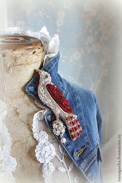 Брошь B13012 - ярко-красный,белый,бежевый,джинс,брошь,птица,вышивка ручная