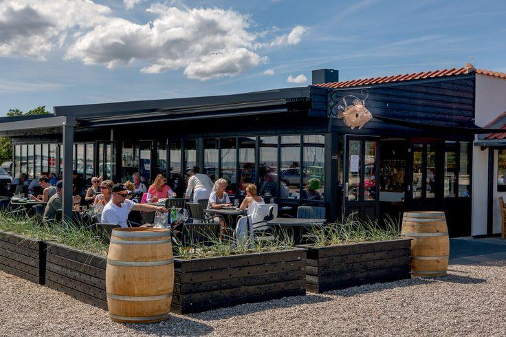 Fiske- og Skaldyrsrestauranten ved Rørvig Fisk med udsigt ud over havneområdet