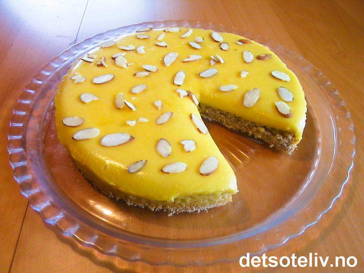 """""""Suksesskake"""", eller """"Kake med gul krem"""" som den også kalles, er manges storfavoritt på kakefronten. Kaken består av en deilig mandelbunn og en fantastisk god krem. Den karakteristiske gule fargen på kremen kommer av mange eggeplommer og godt meierismør."""