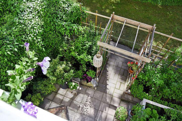 Vy över uteplatsen från balkongen. Simrishamnsvägen 7 - Bjurfors