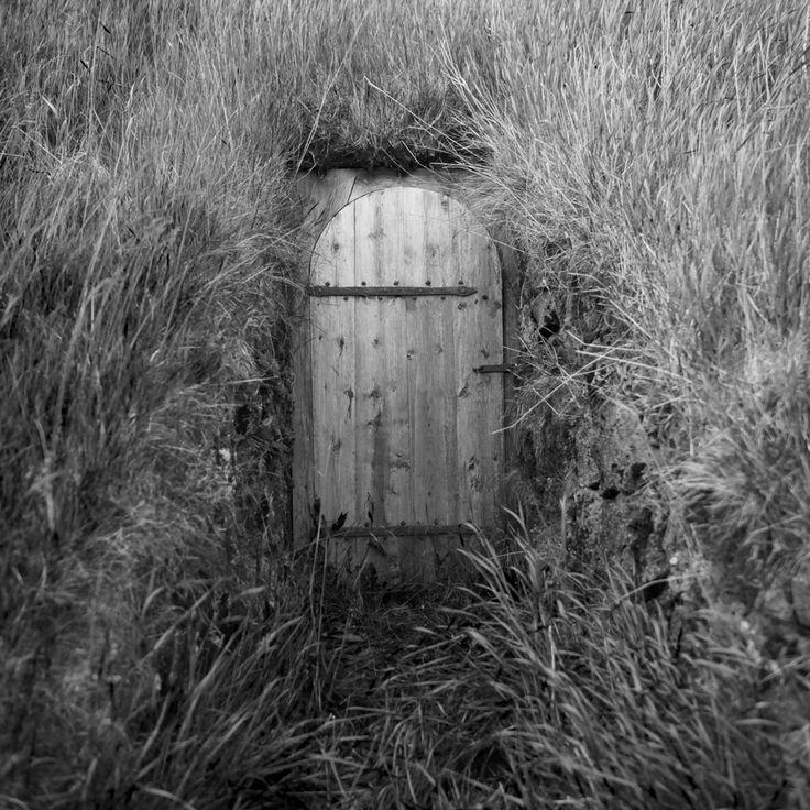 Secret Au beau milieux d'une vaste plaine se trouve un petit hameau, nommé Keldur, de 3 habitats traditionnels Islandais et une chapelle au bord d'un ruisseau. Au pied de ce ruisseau se trouve un porte dérobé, caché dans un amas de hautes herbes, c'est un passage secret qui rejoint une des petites maisons an cas d'invasion. #islande #black #white #Iceland
