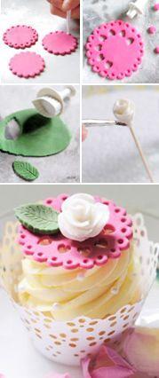 Otroligt söt cupcaketopper! Vi har både vågiga utstickare, utstickare för hjärtan och blad, samt sugarpaste i marshmallowsmak i webbutiken. http://www.BakaDekorera.se