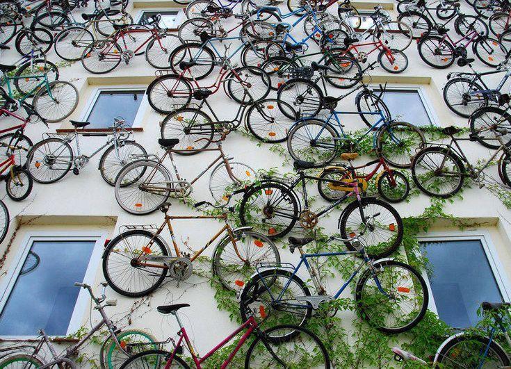Wall of Bicycles – Fubiz Media Nos alucina cómo ha decorado su fachada esta tienda de bicis.