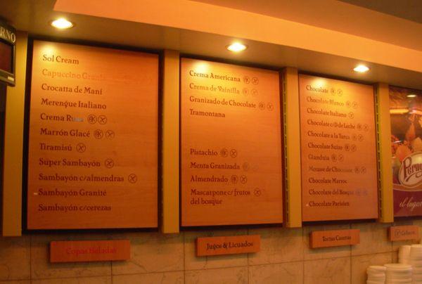 Interior del local + cartelería