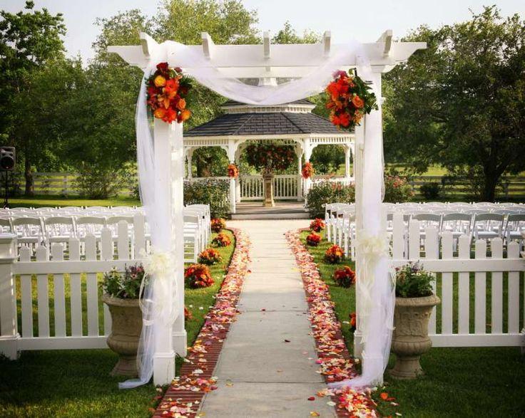 Decorazioni per le nozze all'aperto - Recinzione con fiori