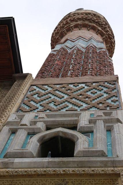 """Sahip ata camii ve külliyesi/Konya/// Bin Abdullah"""" yazılıdır. Bu kişi Ortodoks olup İslamiyet'i seçerek Müslüman olmuş, sarayda nakkaş ve mimarlık yapmış daha sonra Sahip Ata'nın yaptırdığı birçok eserde imzası olan bir mimardır."""