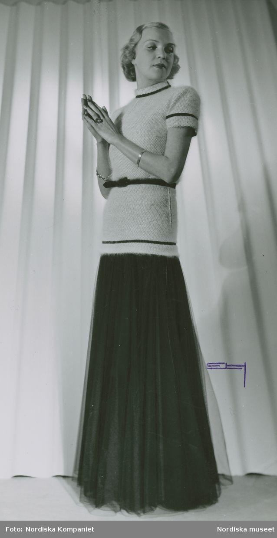 1943. Modell i hellång klänning med överdel i ylle och kjol i mörkt tyll. Modell: Margit Langlet. Foto: Erik Holmén för Nordiska Kompaniet