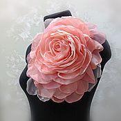 Купить или заказать ЦВЕТЫ ИЗ ТКАНИ. Шифоновая роза 'Мышка' в интернет-магазине на Ярмарке Мастеров. Нежная серо-розовая брошь из шифона в виде цветка розы. Украшена стразами Стоимость работы 1550р+ упаковка и доставка 250р =…