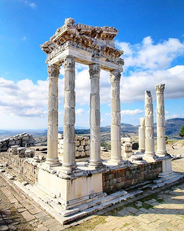 Trajan Tempel In Pergamon Kennst Du Den Namen Der Stadt Vielleicht Vom Pergamentpap Ancient Greek Architecture Ancient Greece Architecture Greece Architecture
