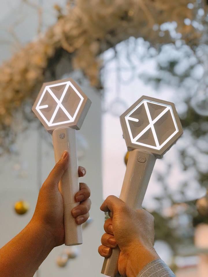 Cặp đôi LS này là hoa cưới trong ngày cưới. Dù không quen biết nhưng chúc anh chị hạnh phúc và yêu mãi EXO nhé~~ #EXO #exolightstick #wedding_day Cr: Mandu mandu