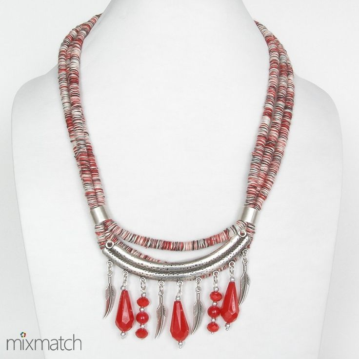 Κολιέ από τριπλό πλεχτό κορδόνι με μεταλλικά στοιχεία σε ασημένιο χρώμα και κόκκινες χάντρες.