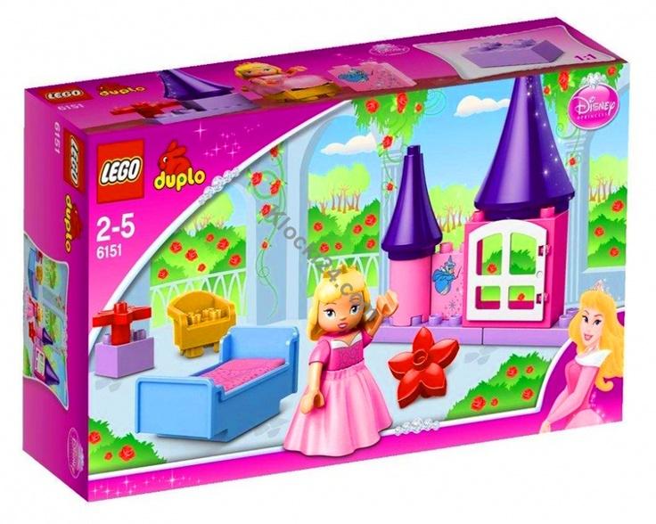 Pokój Śpiącej Królewny to zestaw z najnowszej serii Duplo Princess dedykowanej dziewczynkom. W zestawie znaleźć można Śpiącą Królewnę, którą można ubrać w spódniczkę, łóżko z kocykiem, wieżę zamku z oknem, kwiaty Duplo a także klocek z namalowaną Matką Chrzestną.