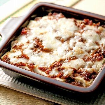 ミートソースと木綿豆腐を交互に重ねてチーズをのせて焼いたラザニア風アレンジ。 パスタよりもカロリーがおさえられそうですね。