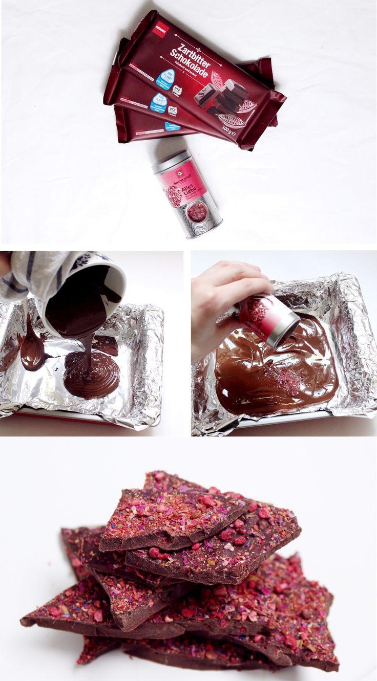 Im heutigen DIY Rezept zeige ich euch die perfekte Geschenkidee: Selbstgemachte Schokolade mit rotem Pfeffer, Rosenblüten und…