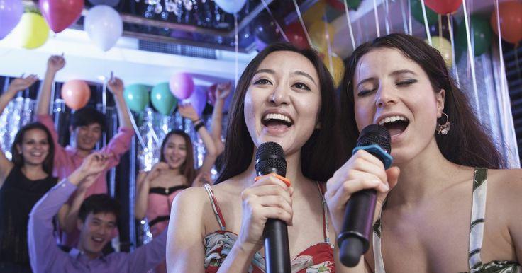 Cómo reproducir discos en una computadora para karaoke. A veces puede que no desees salir de casa para cantar en karaoke. Tal vez quieras practicar una nueva canción que intentarás cantar la próxima semana en el club local. O, mejor aún, vas a tener una fiesta y el karaoke será la principal fuente de entretenimiento. Si quieres tener karaoke en tu casa, podrías comprar un reproductor costoso o utilizar ...