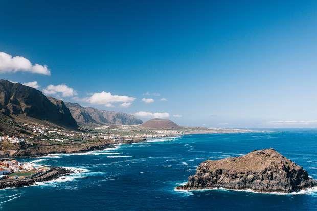 Garachico vue d'HélicoptèreQui visite Garachico en passant par la mer doit savoir qu'en face du port se trouve un petit îlot rocheux qui, avec le temps, est devenu le symbole de ce village de pêcheurs. Ce quai est une enclave exceptionnelle pour tout navigateur à la recherche de la beauté du nord de Tenerife, car il est possible d'accoster à côté d'une zone urbaine.