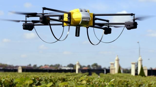 MIT ontwikkelt autonome drone die ook kan rijden  Dat meldt het Amerikaanse instituut op zijn website.  Volgens wetenschappers van de universiteit is het probleem met huidige autonome drones dat ze niet lang kunnen vliegen vanwege een beperkte accucapiciteit. Autonome voertuigen zouden anderzijds niet snel en mobiel genoeg zijn.  Een onderzoeksteam binnen MIT besloot daarom een drone uit te rusten met twee wieltjes met ieder een kleine motor erachter. Het extra gewicht van deze toevoegingen…