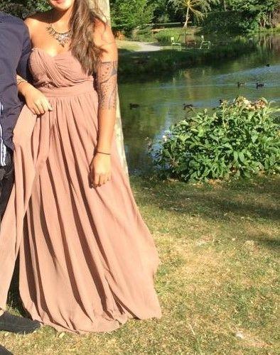 Vend 2 robes de demoiselle d'honneur (ou robe de soirée), ce sont des robes modifiables!  prix: 30 eur/unité  Une robe de couleur marron et l'autre de couleur beige.    taille europ: 40-42     Vous pouvez voir les diverses façons de porter cette belle rob