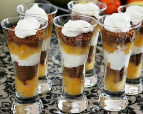 Ingrediënten: 200 ml slagroom 1/2pakje roomkaas 1 blik halve perziken op sap 2 eetlepels maizena Bastogne koekjes paar eetlepels suiker …