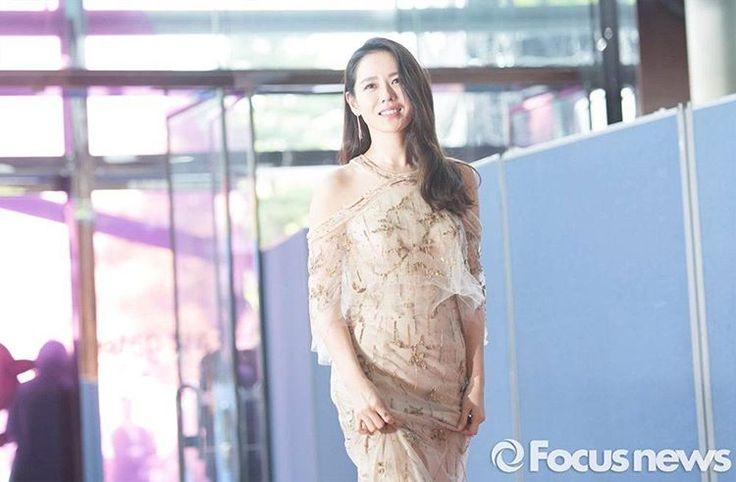 역시 예진핸드 #손예진 #백상예술대상 #레드카펫 #드레스 #redcarpet #korea #actress #celebrity #dress #style #photo http://tipsrazzi.com/ipost/1506953910413553118/?code=BTpxpjrFe3e