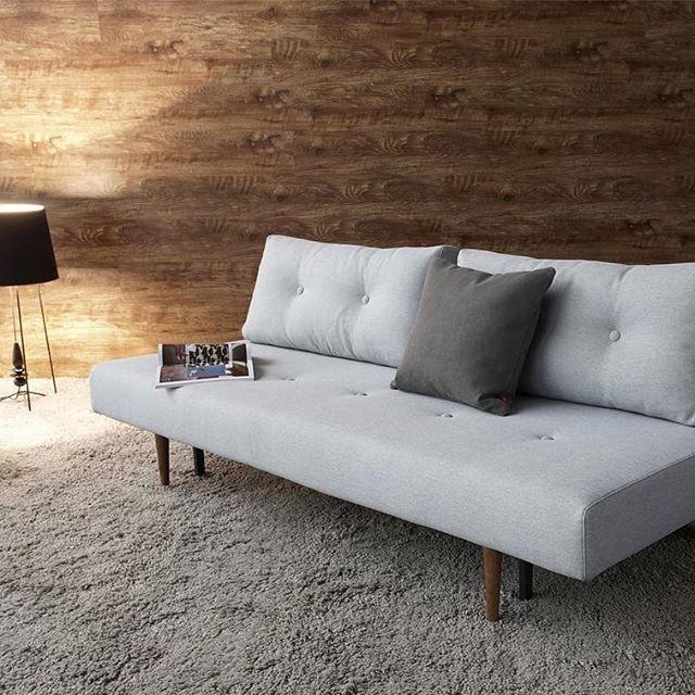 Dansk design, når det er bedst. Recast sovesofa på et blødt og vamset gulvtæppe #modern #nordichome #sovesofa #lysegrå #stue