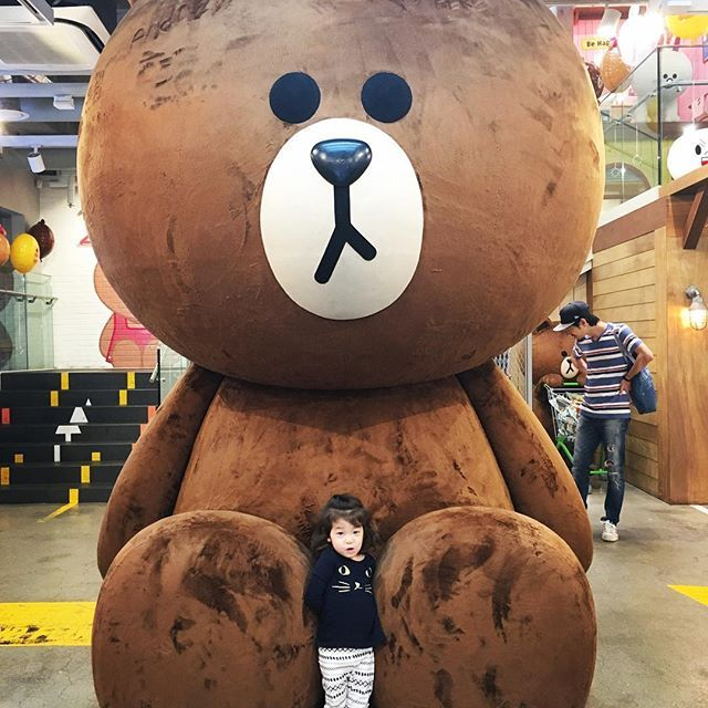 Line friends and that big bear.. the cutest place in Itaewon by far. And they change up the themed areas which makes it fun to go back again and again. . . . . . #linefriendskorea #linefriends #라인프렌즈 #라인프렌즈스토어 #이태원 #itaewon #이태원카페 #brownbear #giantstuffed