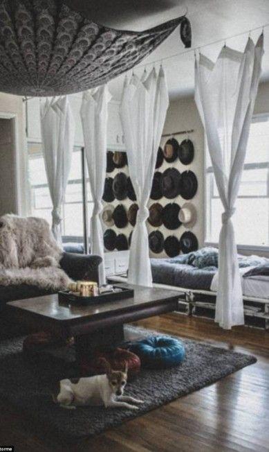 A youtuber Audrie Storm também optou por paletas neutras com tons de cinza e branco. A cortina separou a cama da sala. Os chapéus pendurados resolvem o problema de espaço de armazenamento e ainda dão um charme na decoração Instagram/audriestorme