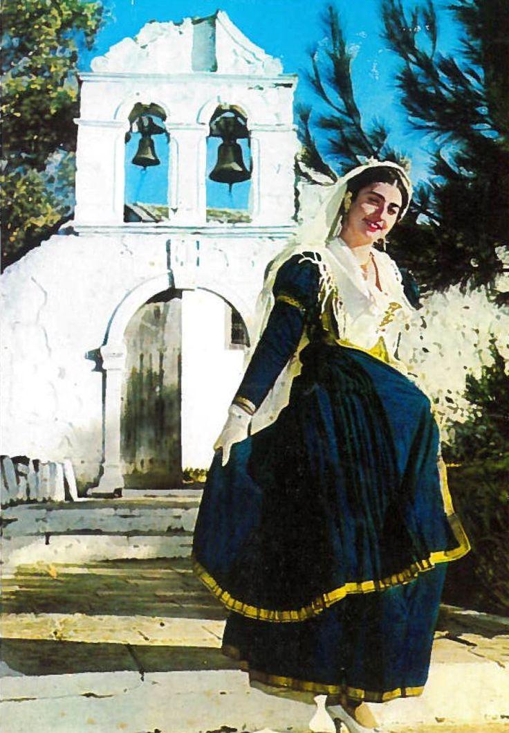 Στη φωτογραφία η σείμνηστη Ναταλία Διγενή – Γαζή. Η φωτογραφία της με παραδοσιακή λευκαδίτικη φορεσιά υπάρχει σε πολλές κάρτες της δεκαετίας του '60. Στην ίδια δεκαετία χρονολογείται και η παραπάνω φωτογραφία. η οποία είναι από κάρτα του Νίκου Κατωπόδη (Πανοθώμου). Η τοποθεσία που τραβήχτηκε η φωτογραφία είναι πράγματι η Φανερωμένη με το «παλιό» καμπαναριό. Αντικαταστάθηκε το 1970, καθότι είχε χτυπηθεί από το σεισμό του 1948. http://aromalefkadas.gr