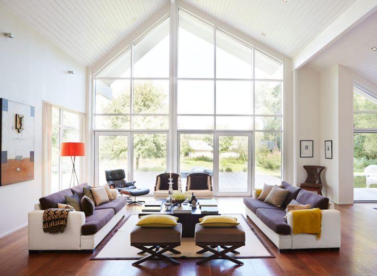 Vardagsrum i villa med modern inredning
