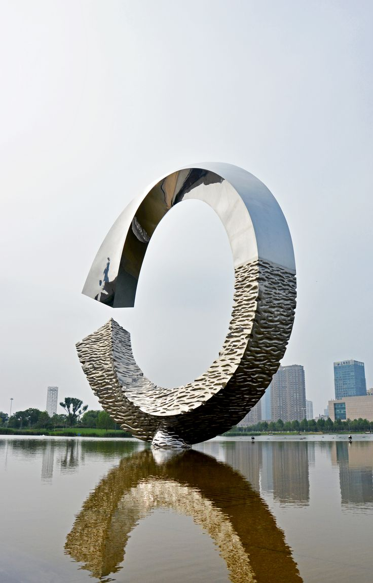 A statue in front of the Tianjin art museum, photographer-Tereza Večerková