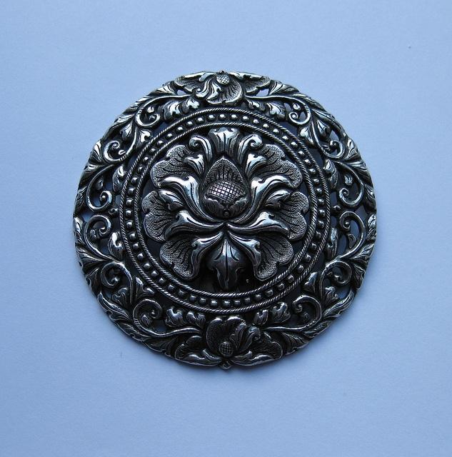 Yogja clip brooch - Java