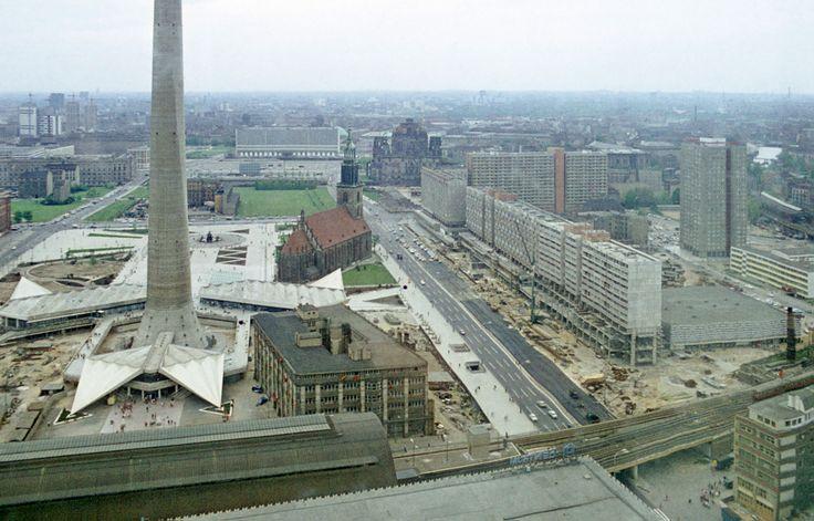 Sockelbebauung des Berliner Fernsehturm und der Karl-Liebknecht-Straße