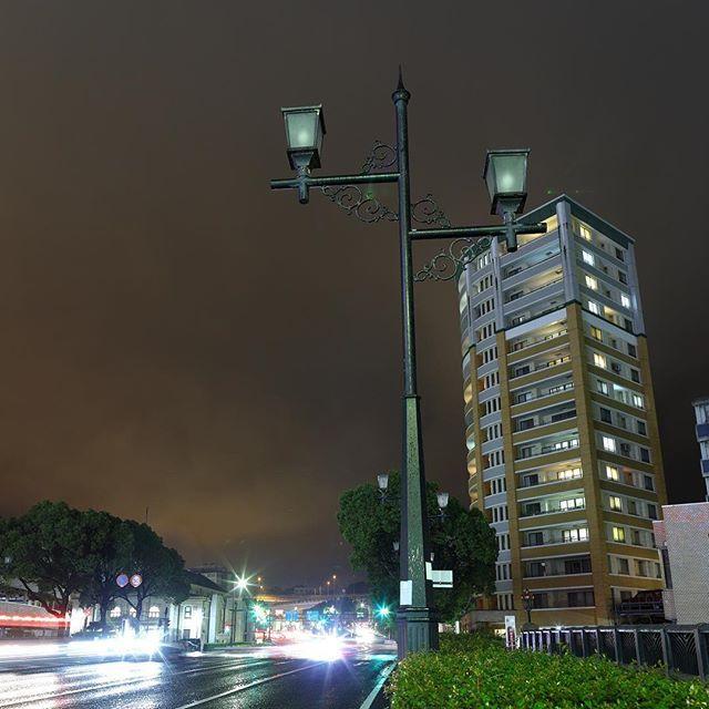 Instagram【y.orihara】さんの写真をピンしています。 《『街灯』  消えたままの街灯と、明るい街をイメージして撮影。 つまり、街が灯りという事です^_^  撮って出しですが、雨のお陰でいい質感の写真になりました。  #佐世保 #スナップ #街角スナップ #雨のスナップ #写真好きな人と繋がりたい #カメラ好きな人と繋がりたい #5dmarkⅳ #ef24mmf14l2usm #写真撮ってる人と繋がりたい #東京カメラ部 #photographer #followme #写真好きな人と繋がりたい #ファインダー越しの私の世界 #夜景 #撮って出し》