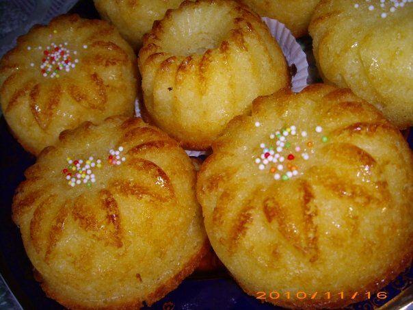Ingrediente (pentru 10 muffins): 3 oua 150 g zahar 250 g faina de cocos (225 g cocos + 25 g faina) 250 ml frisca lichida (200 ml frisca + 50 ml lapte) un pliculet zahar vanilat 12 g praf de copt Mod de preparare: Mixam intai bine...