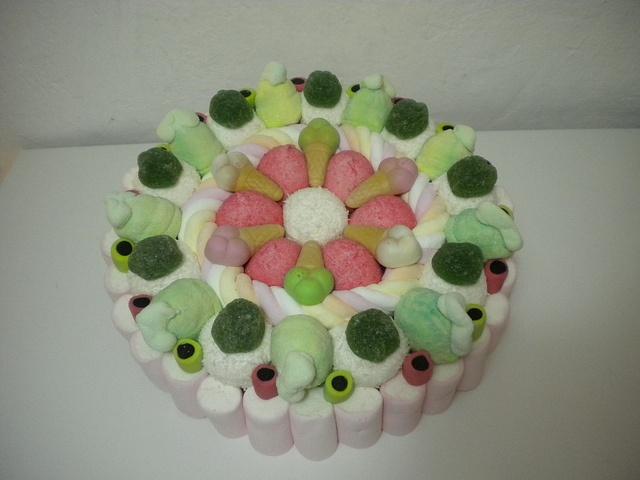 http://www.lemilleeunamella.it/  torta di caramelle
