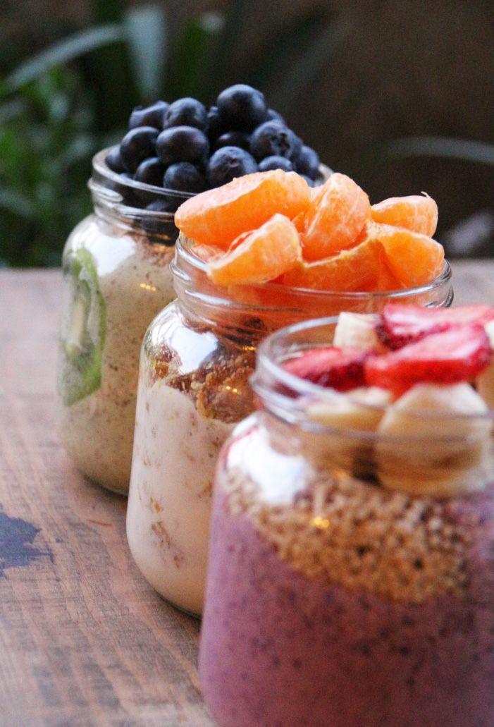 Inspirada en la primavera, los colores brillantes de las flores que puse en mi departamento, quise cocinar unas alternativas nutritivas y sanas de desayuno con frutas. Mi desayuno ideal incluye yog…