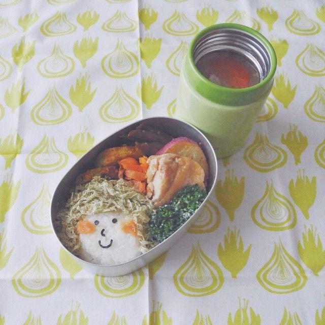 今日は寒そうなので味噌汁付ました。おにぎりガール弁当 . 昆布の佃煮入りおにぎり、鶏肉の煮物、にんじんの醤油麹和え、ごぼうのゴマ炒め、ブロッコリー、蓮根のカレー炒め、さつまいものバター焼き、味噌汁 . rice ball girl . rice ball with kelp, stewed chicken, boiled carrots mixed with soy sauce koji, fried burdock with sesame, boiled broccoli, curry fried lotus roots,miso soup . #弁当 #bento #お弁当 #暮らし #お昼ごはん #lunch #ランチ #料理 #Cooking #life  #Japanesefood #lunchbox #vscocam #弁当箱 #無印良品 #手作り弁当 #サラメシ #スープジャー #soup #ハンカチ #kolmio_nelio  #おにぎり #おにぎりレパートリー #キャラ弁 #大人のデコ弁 #顔弁 #デコ弁 #デコおにぎり