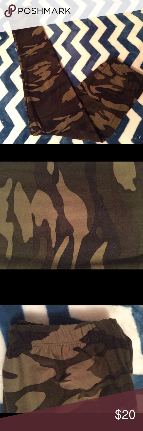 Lularoe CAMO leggings OS Older style Lularoe leggings in camo print with elastic waist band (see picture). On the larger size of OS which is why I'm selling, too big for me 😩 like new condition. LuLaRoe Pants Leggings