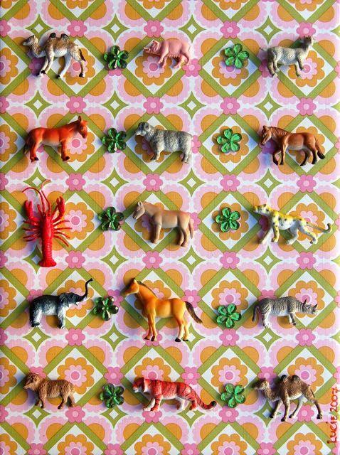 DIY: schilderij met plastic dieren en behang - DIY plastic animals + wallpaper- http://www.galerie-lucie.nl/
