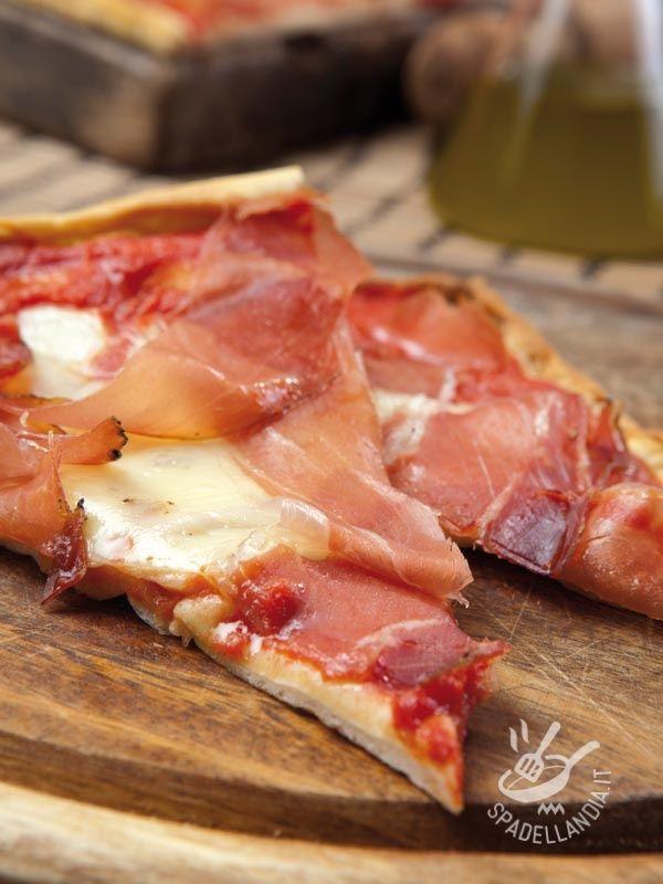 Preparate la vostra Pizza con speck e fontina con la pasta per pizza già pronta ma, se avete più tempo, seguite i nostri consigli per l'impasto a mano!