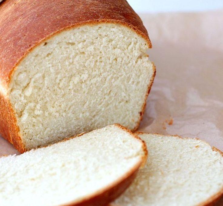 Pão Petrópolis - Máquina de Pão - Tamanho: 600gr  1 xícara de leite + 1 ovo dentro (coloque o ovo na xícara e complete com o leite) 1 e 1/2 colher de sopa de manteiga ou margarina 5 colheres de sopa de açúcar 1 colher de chá de sal 3 xícaras de farinha de trigo 1 colher de sopa de fermento biológico seco 1 gema misturada com 1 colher de sopa de água para pincelar
