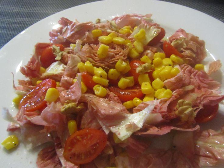 Insalata di radicchio rosa con mais, pomodori