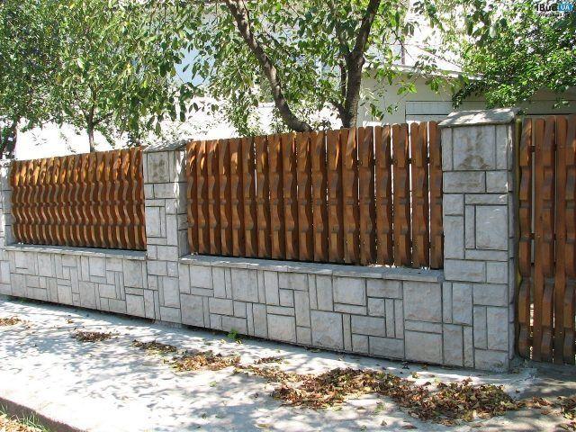 Фото деревянного забора с цоколем и столбиками. Забор сделали комбинированным, поскольку использовали разные строительные материалы. В результате добились оптимального результата при разумных затра...